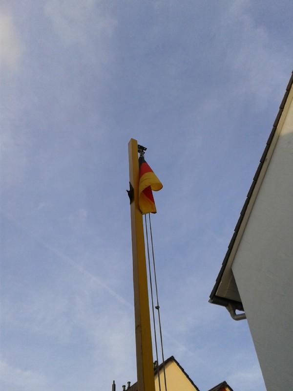 fahnenmast mit deutschlandfahne